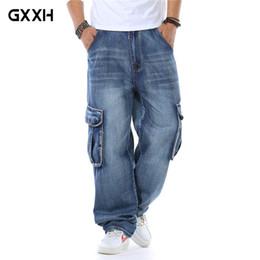 Pantalones de hombre de estilo de japón online-Para hombre de la marca del estilo de Japón nuevos pantalones de mezclilla recta de carga del motorista Jeans holgados flojos blue jeans con bolsillos laterales más el tamaño 40 46