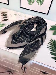 Vêtements de voyage en Ligne-avec des étiquettes et des étiquettes femmes portent une écharpe en coton 140 * 140 gland teint en fil élégant style l logo châle femme