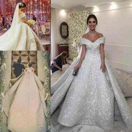 Vestidos de fiesta de arabia saudita online-Más el tamaño 2019 Arabia Saudita Árabe vestido de bola de encaje Vestidos de novia Hombro con cordones Parte posterior Sin respaldo Vestidos de novia Vestidos De Novia