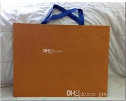 großhandel weiße geschenk-tags Rabatt Arten von berühmten Marke Logo Papier-Einkaufstüte Verpackung New Paper Shopping Geschenktüte orange weiße Farbe 43cm