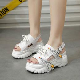 Sapatos de plataforma de sandálias brancas grossas on-line-Off Plataforma Feminina Sandálias Brancas Moda Lace Up Mulheres de Fundo Grosso Sandália Praia Casuais Sapatos Pai Mulher Sandalias Mujer