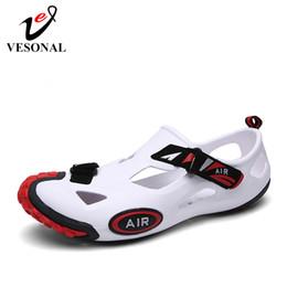 Calçado de plástico on-line-VESONAL 2019 Verão oco Out Plastic Shoes Sandals vadear Deslizamento-em Sapatos Masculinos Praia Pesca Sandálias Calçados macios