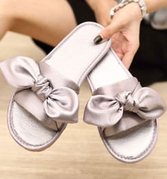 Sapatos de seda rosa on-line-Mulheres Chinelos Silk Bow Slides Sapatos Salto Woman No Fur lisas dos flip flops Ladies Rihanna Bohemia Sandals 566