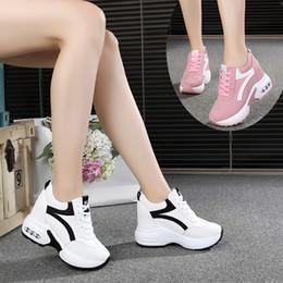 Yeni 2019 Sonbahar Siyah Beyaz Gizli Kama Topuklu Rahat Ayakkabılar Bahar kadın Asansör Yüksek topuklu Çizmeler Kadın Sneakers 10 cm Topuklu supplier high heel wedges black white nereden yüksek topuklu kamalar siyah beyaz tedarikçiler