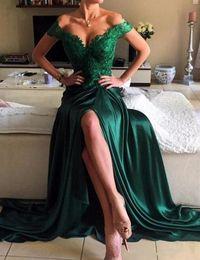 2019 Yeni Elbiseler Akşam Aşınma Zümrüt Yeşil Elastik Saten Kapalı Omuz Seks Aplikler Dantel Bölünmüş Yan Örgün Balo Parti Törenlerinde Custom Made supplier sex evening dresses nereden gece elbiseleri tedarikçiler