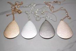 Großhandel Marke Gold Große Metallic Teardrop Anhänger Halskette Poliertem Metall Wassertropfen Lange Kette Halsketten für Frauen Modeschmuck von Fabrikanten