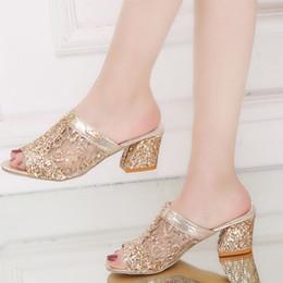 Tamanho médio do vestido on-line-Plus Size 35-43 Sapatos de Verão Mulheres Chinelos Abertos para Sandálias Bling Chinelo Para Mulher Desliza Saltos Médios Vestido Sapatos Senhoras H7164