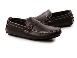 Zapatos hechos italia online-Zapatos de hombre Cuero genuino Hombres Mocasines Hecho a mano Diseñador italiano Metal Letra Hebilla Resbalón en los zapatos del barco
