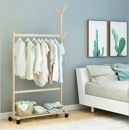 2019 affiche de vêtements de fer Support de vêtements et chapeaux simple Cintre en bois massif Sol Chambre à coucher Vêtements Cadre de réception Étagère de ménage simple et moderne