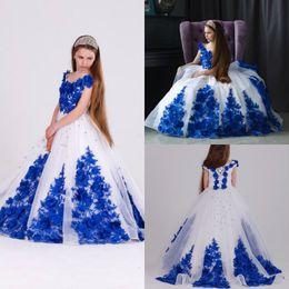6dfd8cbf6a998 Kraliyet Mavi Beyaz Çiçekler Kız Alayı Elbiseler V Boyun Dantel Up prenses Balo  Elbise Kat Uzunluk Çocuk İlk Communion Abiye Düğün Akşam