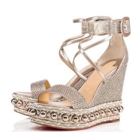 Hochwertige Chocazeppa Golden Glitter Leder Damen Nieten Sandalen Sexy Kleid Red Bottom Wedge Schuhe Lady High Heels Party Hochzeit