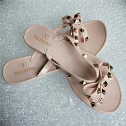 Mädchen-sandalen online-2019 Marke Neue Frauen Sommer Sandalen Nieten Big Bowknot Flip Flops Strand Alias Femininas Flach Gelee Frau g rutschfeste Mädchen Sandalen