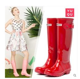женщины на каблуках Скидка 2019 новые женские глянцевые дождевики модные сапоги до колена непромокаемые ботинки резиновые резиновые сапоги водная обувь высотой 38 см свадебные туфли