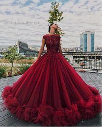 Vestidos curtos quinceanera vermelho on-line-Vermelho escuro de Borgonha Quinceanera vestido de baile Vestidos Lace apliques de cristal frisado mangas curtas babados de tule inchado Partido Prom Vestidos