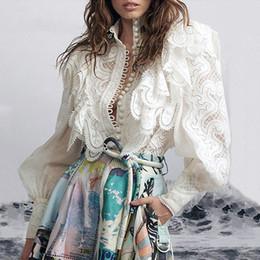 Blusa blanca de encaje de cuello online-Hueco de lujo diseñador de fiesta de las mujeres blancas de la blusa de la pista de primavera y verano de 2020 remiendo del cordón del collar del soporte de la linterna de manga larga Camisas Tops