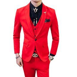 Vestiti maschi rossi prom online-Red Prom Suit 2018 New Evening Man Dress Sposo Abito da sposa uomo Nero Arancione Bianco Blu Slim 3 pezzi