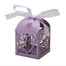 Держатели для перевозки вагонов онлайн-Коробки с конфетами Love Heart Полая коляска Baby Shower Favors Box Подарки Партийные держатели сувениров с лентой Поставки для свадебной вечеринки