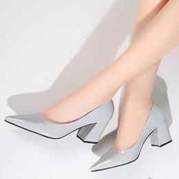 Scarpe in pelle verniciata grigia online-Tacco a spillo Donna Tacco alto Scarpe da sposa Décolleté Donna Tacchi spessi Moda Scarpe in pelle verniciata grigie argento sexy Scarpe da donna