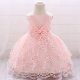 Vestido de bebês de um ano de idade on-line-Rendas floral doce Appliqued vestido de aniversário de 1 ano para o bebê menina trem de varredura vestido de tule para a menina com laço e faixa de pérolas