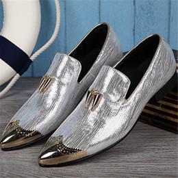 2019 vestidos de fábrica Couro genuíno personalizar tomada de fábrica homens preguiçosos Derby sapatos de couro genuíno Embossing Shining stage catwalk dress shoes vestidos de fábrica barato