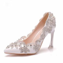 Zapatos de boda perlas rhinestones online-9cm tacones de cristal puntiagudo tacones altos bombas Rhinestone nupcial zapatos de boda fiesta de perlas zapatos de noche