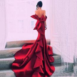 Vestido de noche de retrato online-Vestidos de fiesta de retrato de sirena roja Vestidos de fiesta de celebridades sin espalda con hombros descubiertos Vestidos de noche de satén de Dubai Tallas grandes con volantes