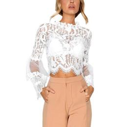 Colar de renda branca blusa on-line-Flared Sleeve Lace Blusa Sexy Lace Branco Moda O Colarinho Top Curto das Mulheres