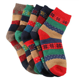 Hombres con calcetines online-Invierno calcetines de cachemir cálido pactwork rayas de lana copo de Medio medias de señora Women Men caliente desgaste resistente retro del calcetín LJJA3124