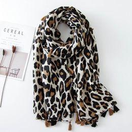 Couvre-vêtements en coton en Ligne-Femmes léopard gland écharpe 180 * 100CM Printemps Automne Châles Wraps grande taille coton et lin Cover-up musulman Hijab dames foulards