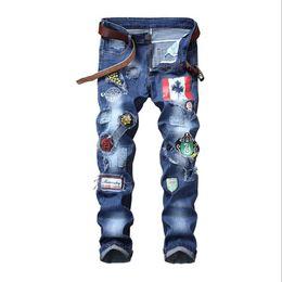 Calças de crachás on-line-Mens Jeans Europa e América Magro reta Buracos Elastic remendo emblema Hot Sale Mens Calças tamanho grande