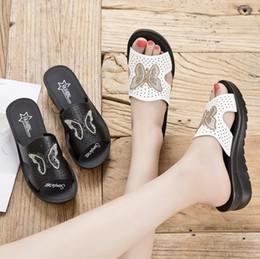 2019 moda idosos 2019 novas sandálias e chinelos mulheres usam moda verão selvagem com calcanhar sapatos femininos de meia-idade no idoso mãe antiderrapante moda idosos barato
