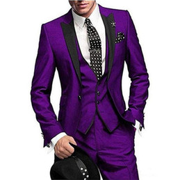 Esmoquin morado online-Nueva moda Slim Fit Purple Groom Tuxedos Groomsman Tux Men Trajes de negocios formales Blazer Men Prom Party Suit (Jacket + Pants + Vest)