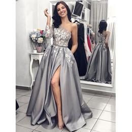 2019 robe grise à une épaule Grey Satin robe de soirée 2019 A-Line Sexy Split dentelle blanche robes de bal longue avec poches une épaule manches longues robe grise à une épaule pas cher