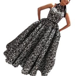 Vestido de coral línea de encanto online-Vestidos de noche con encanto negro Cuello alto Apliques de encaje Una línea Vestidos de fiesta elegantes Volantes Cremallera Parte posterior del piso Vestidos de cóctel
