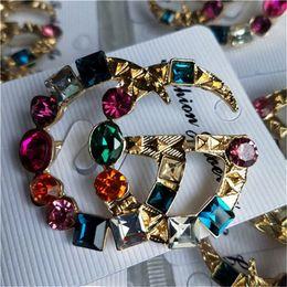 Habille des broches perlées en Ligne-Brillant cristal lettre plaqué or broches pour les femmes bijoux femme robe perle broches broches pour fête fête cadeau pour la famille