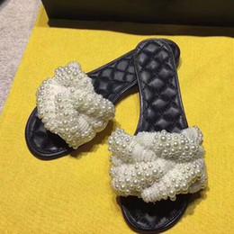 196e4d88ee2 Moda mujer zapatos de verano zapatillas de playa fresca perla sandalias  planas Marca celosía acolchado abalorios zapatillas de diseñador zapatos de  piel de ...