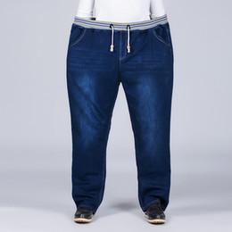 Ganga jeans elástica on-line-2019 Novos Homens Calça Jeans Azul Cor Sólida Cintura Apertada Gordura Solta Cintura Elástica Comprimento Total Calças Jeans Plus Size 36-48 Calça Jeans homens