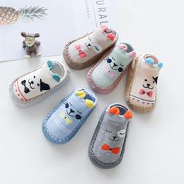 2019 al por mayor calcetines de bandera americana Calcetines del bebé recién nacido con suela de goma para bebé bebés de los muchachos del otoño invierno de los niños de suelo pega los zapatos Anti Slip suavemente único calcetín