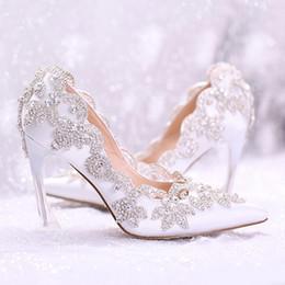 Zapatos de la boda más novias del tamaño online-zapatos de diseño 2019 con estilo perlas zapatos de boda planos para la novia de baile de 9 CM Tacones altos más el tamaño del dedo del pie puntiagudo encaje zapatos de novia