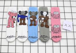 Calcetines calientes online-Kaws calcetines para hombre divertido diseñador de calcetines de dibujos animados de moda de lujo impresa del tobillo del algodón calcetines calcetín cómodo caliente fashionista