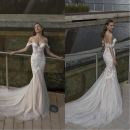 Vestidos de noiva de tule branco on-line-2020 Ombros New Riki Dalal Off vestidos de casamento Querida Sereia com laço branco apliques Tulle vestido de casamento nupcial BC2317