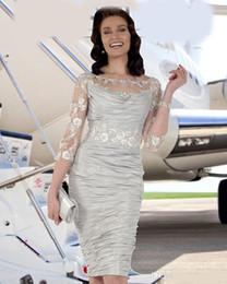 2019 vestido da noiva da mãe do tafetá da forma Moda Bainha Frisada Mãe Da Noiva Vestidos Sheer Bateau Pescoço Com Mangas Compridas Convidado Do Casamento Vestido Na Altura Do Joelho Tafetá Vestidos De Noite vestido da noiva da mãe do tafetá da forma barato