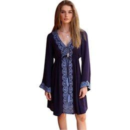 Платья с длинным рукавом покрывают колени онлайн-Женщины V-образным вырезом с длинным рукавом с цветочным вышивкой темно-синий длиной до колен летняя мода повседневная одежда