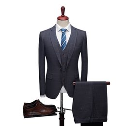 Argentina (Conjunto de 3 piezas: chaqueta + chaleco + pantalones) Trajes nuevos trajes de negocios de primavera Trajes de disfraces para banquetes, 3 colores: azul, azul marino, gris oscuro, tamaño: S ~ 4XL cheap dark navy vest Suministro