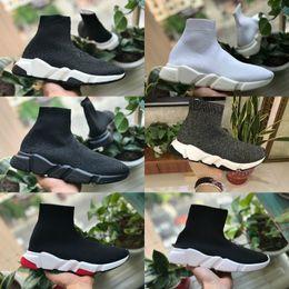 2019 Nuevos zapatos de velocidad para caminar Entrenador barato Oreo Triple Negro Blanco Rojo Planos Calcetines de moda Diseño de bota Hombres Mujeres Caminar Zapatillas de deporte casuales desde fabricantes