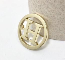Sıcak Satış Basit Mektup Broş Pin Kostüm Dekorasyon Broach Kadınlar için Ünlü Tasarımcı Takım Elbise Yaka Pin Takı Aksesuar nereden