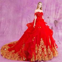 flores de novia de oro rojo Rebajas Vestido de bola rojo caliente vestidos de boda de la catedral 2019 apliques de encaje de oro hecho a mano flores perlas cristales vestidos de novia de hombro vestido de novia