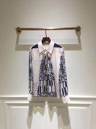 Blusa larga ocasional trasera online-2019 Carta de Primavera Imprimir Mangas Largas Blusas de las mujeres Marca Camisas del mismo estilo Mujeres Botones Volver Blusas Mujeres DH103