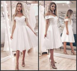 Eightale poco costoso corto abito da sposa di raso al ginocchio Abiti da sposa semplice al largo della spalla una linea di abiti da sposa robe de Mariage da