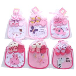 030b270c471de Coton designer cadeau de bébé nouveau-né tenues bébé chaussettes + gants +  bavettes 3pcs princesse nouveau-né bébé fille vêtements vêtements garçons  Infant ...